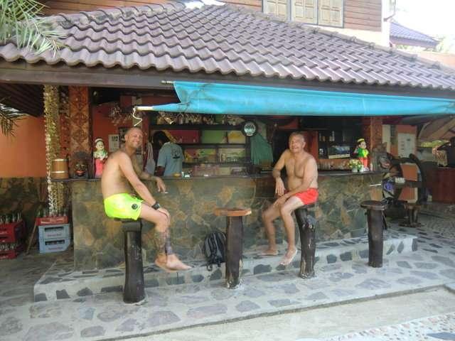 Zwei Kerle an der Bar........die Haltung....unmöglich....tztzt